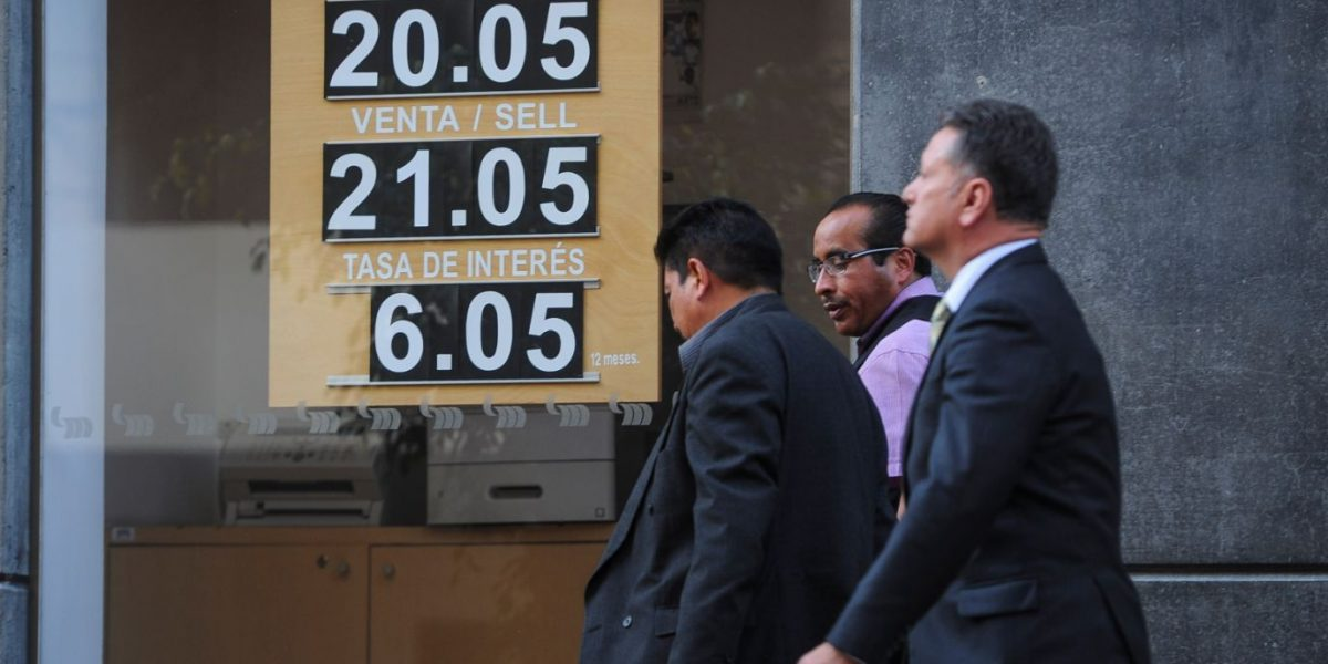 Dólar alcanza 21.05 pesos en bancos del país
