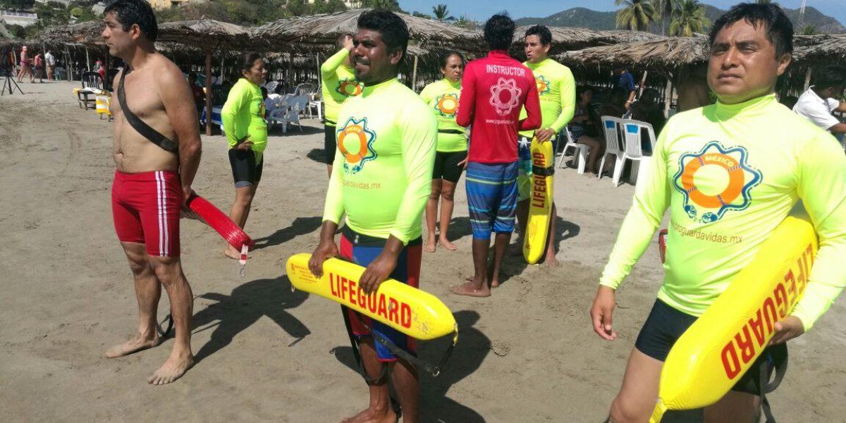 Capacitan chilangos a salvavidas de Acapulco