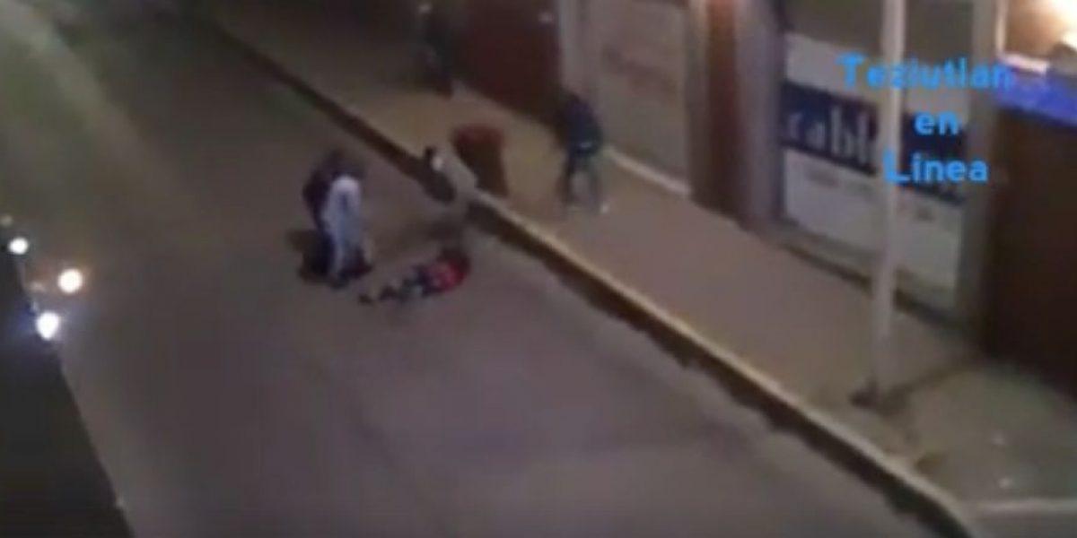 VIDEO: Captan golpiza a dos jóvenes en Puebla