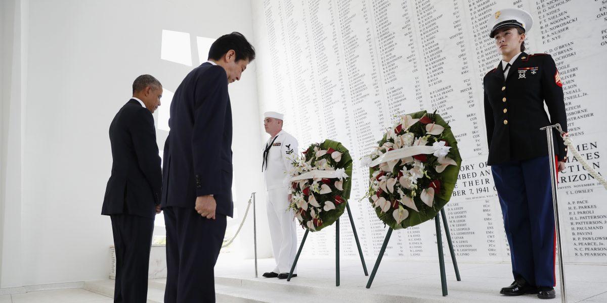 Primer ministro japonés honra a víctimas de ataque a Pearl Harbor