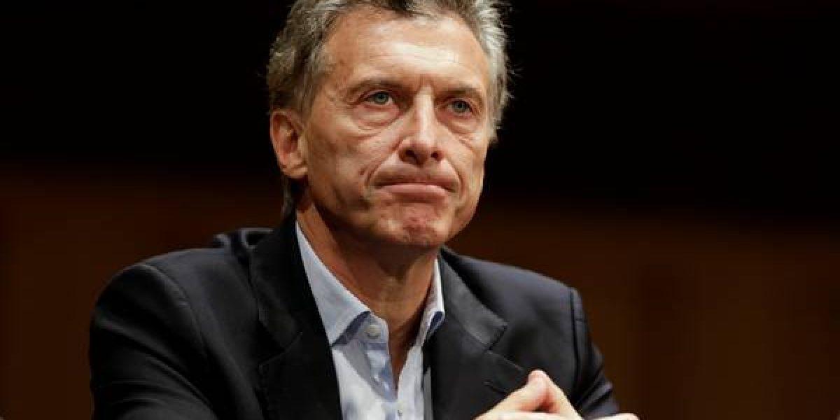 Apedrean auto de Macri en protesta a sus políticas económicas
