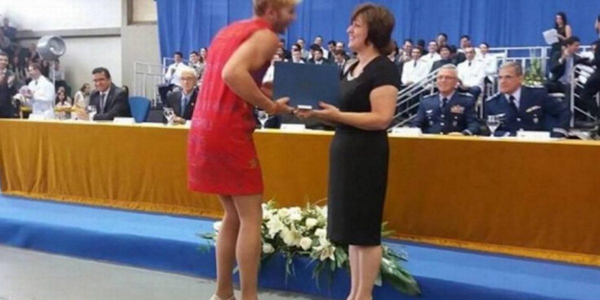 Harto de sufrir homofobia decidió graduarse con tacones y vestido