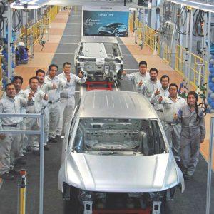 Los trabajadores de Puebla muestran con orgullo el inicio de producción del nuevo Tiguan LWB. | Volkswagen