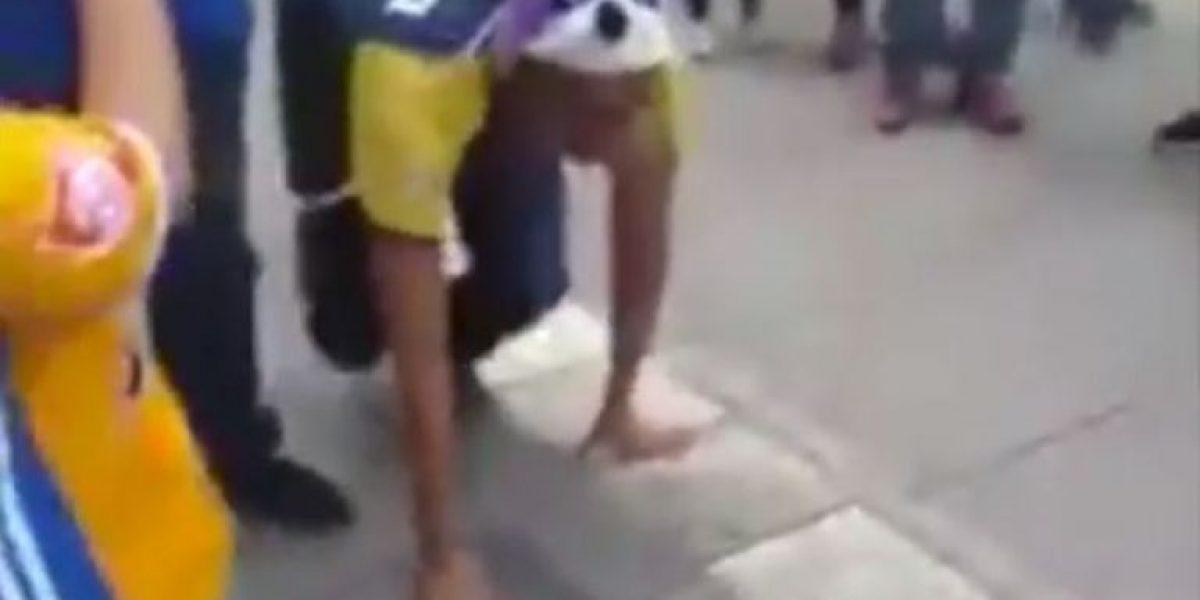 VIDEO: Aficionado de América camina como perro para pagar apuesta