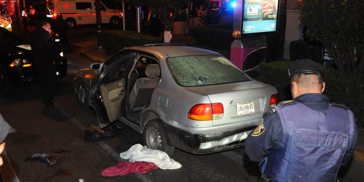 Asalto a tienda de conveniencia termina en balacera en la Benito Juárez