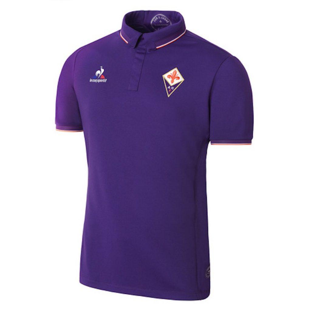 be338ecb436ef 3. Fiorentina. El club italiano también presenta un jersey sobrio creado  por Le Coq Sportif. El mexicano Carlos Salcedo es parte de la Fiore.