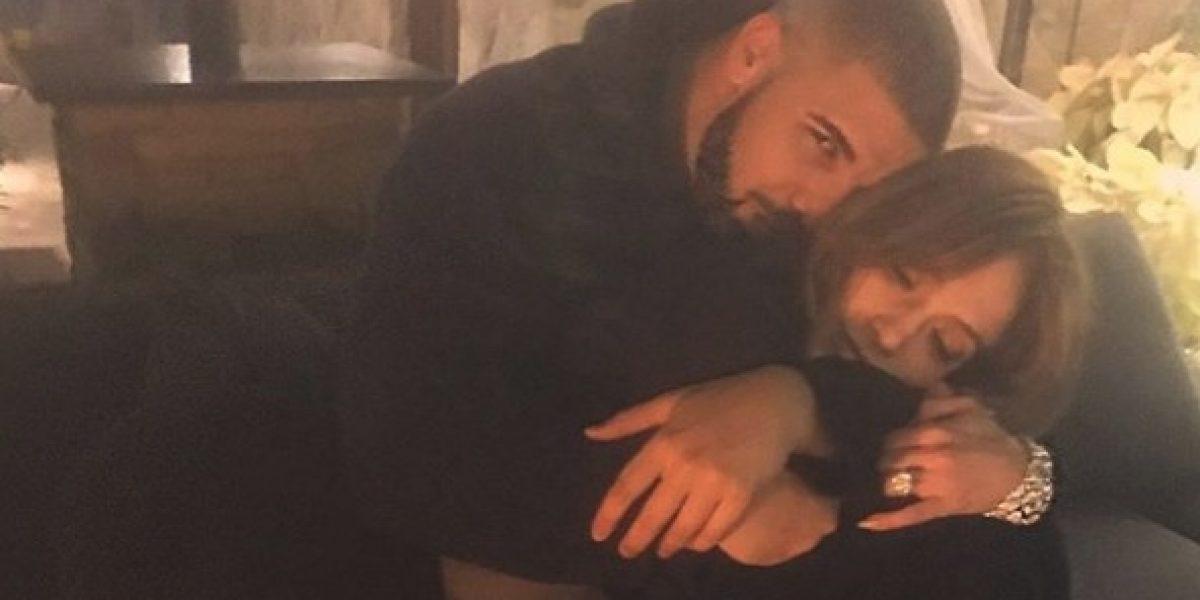 Captan a Jennifer López bailando y besándose con Drake en una fiesta