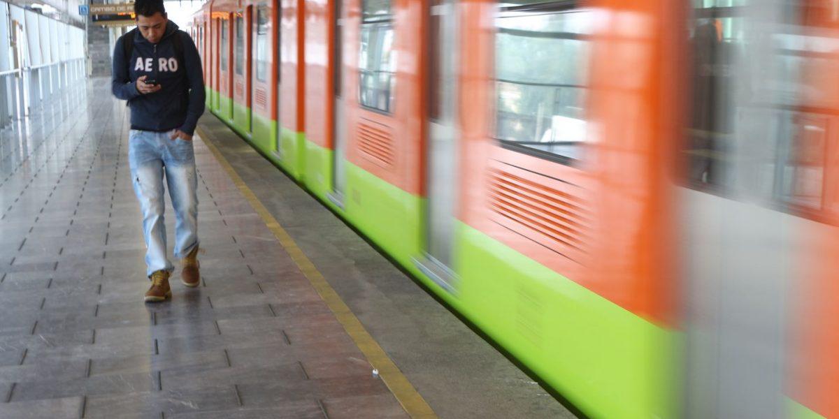 Desiste de arrojarse a vías del Metro de la CDMX tras hablar con policía