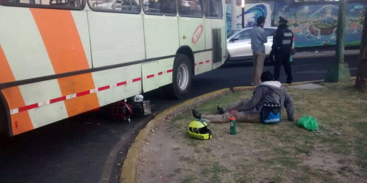 Choca autobús RTP con motociclista en Calzada de las Águilas