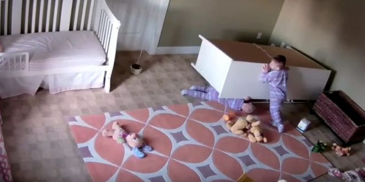 Video viral: niño de 2 años salva de morir aplastado a su gemelo