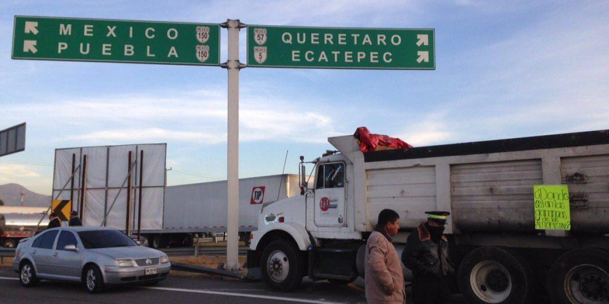 Manifestantes cierran carreteras por alza de gasolina