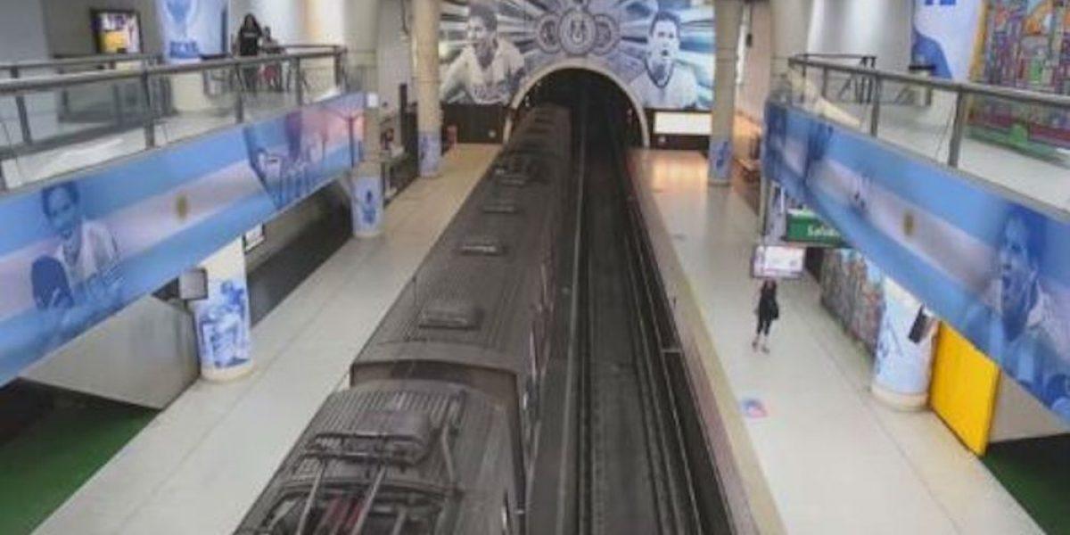 Adornan estación de metro argentino con fotografías de Lionel Messi