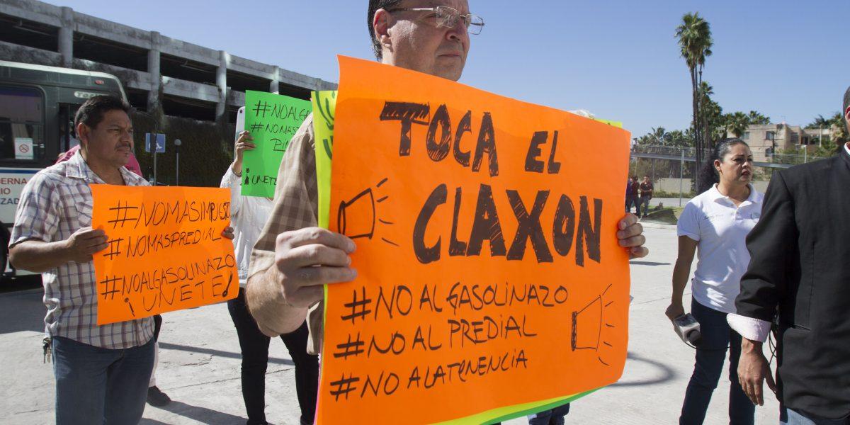 Transportistas, barras de Tigres y Rayados protestan por gasolinazo en NL