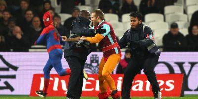 © 2017 Getty Images. Imagen Por: Spiderman interrumpe el West Ham vs Manchester City pero es detenido por ¡otro espontáneo! / Getty Images