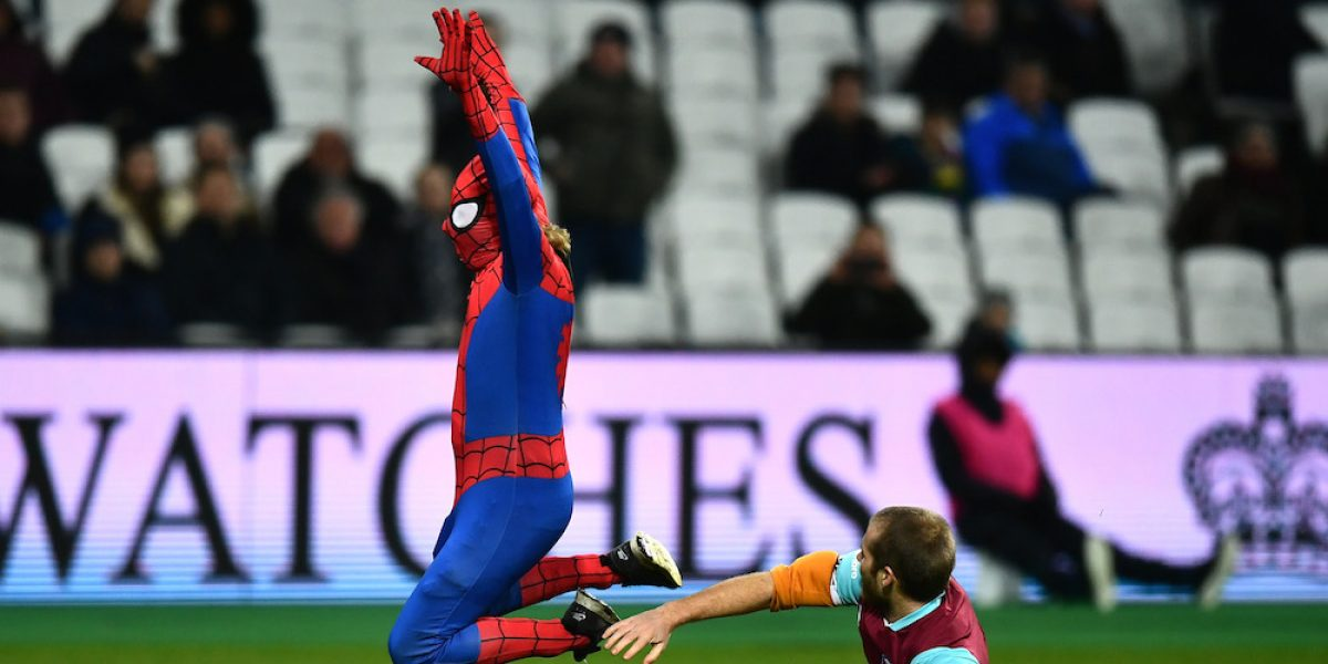 VIDEO: Spiderman interrumpe el West Ham vs Manchester City pero es detenido por ¡otro espontáneo!