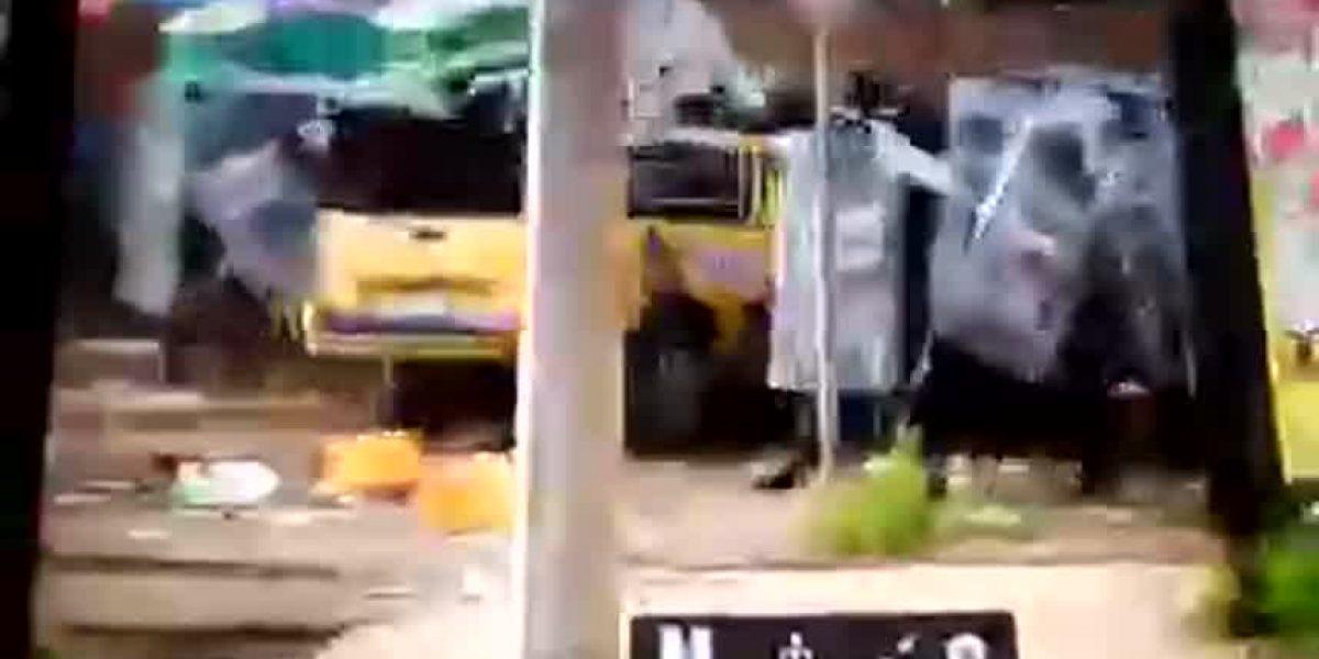"""Arrollan a granaderos durante protesta por """"gasolinazo"""
