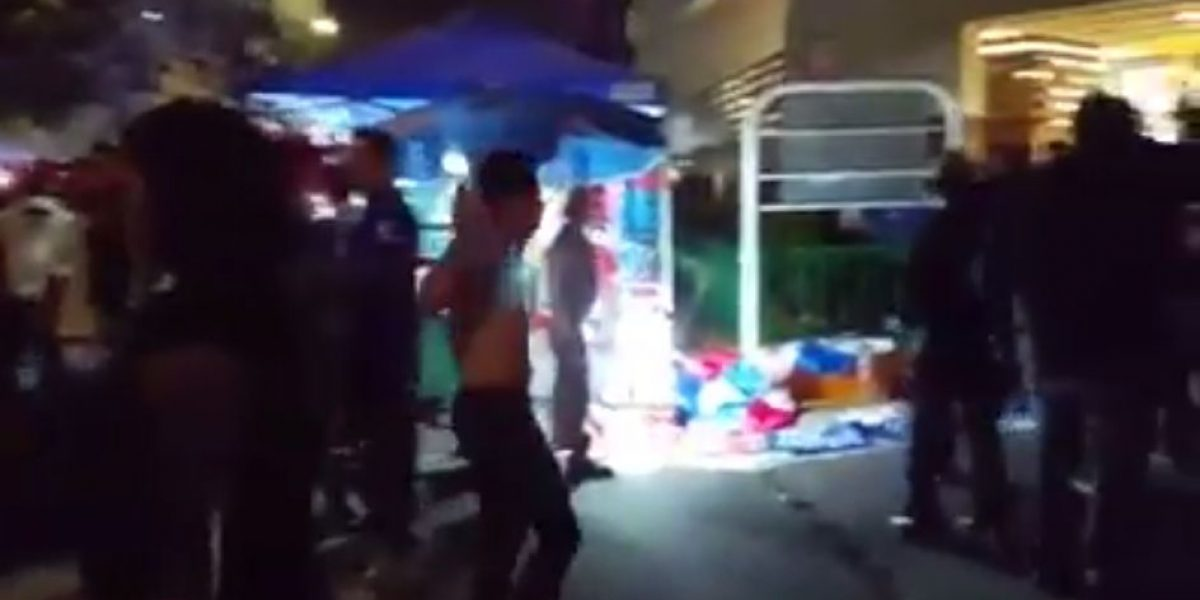VIDEO: Aficionados de Cruz Azul roban playera a seguidor del Necaxa