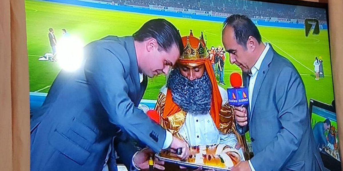 VIDEO: Jorge Campos se disfrazó de Rey Mago y a Martinoli le tocan los tamales