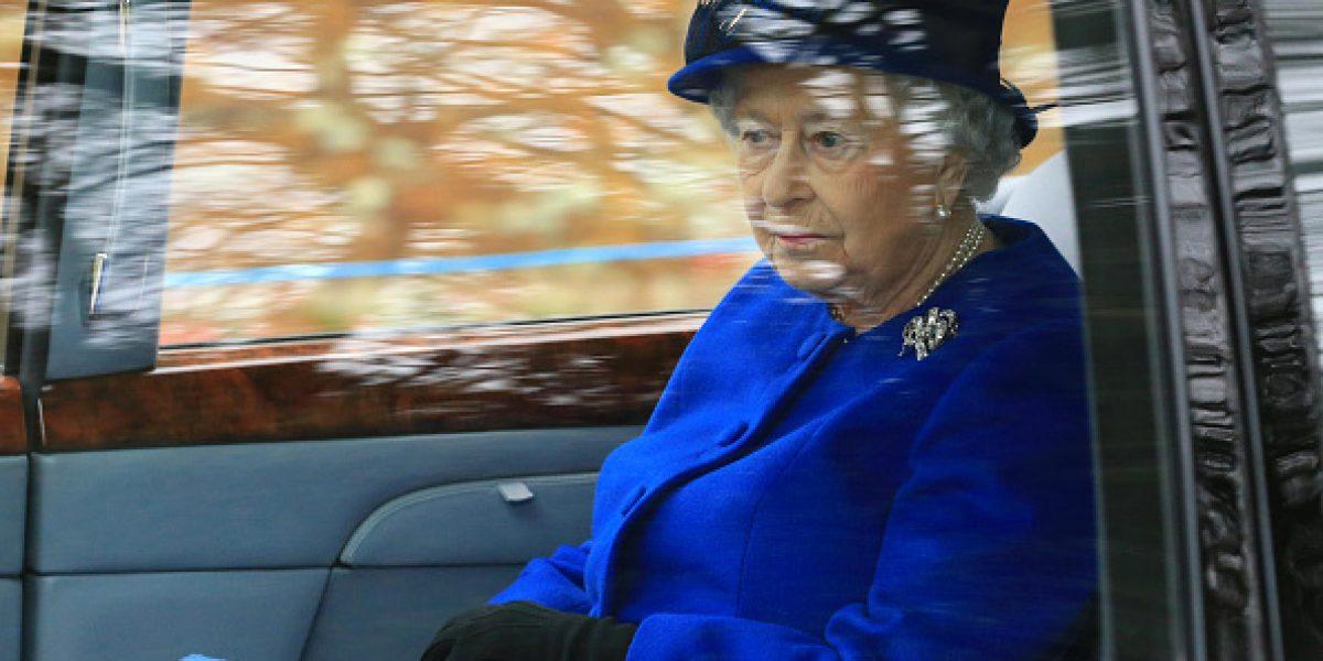 La reina Isabel II reaparece en público tras semanas enferma