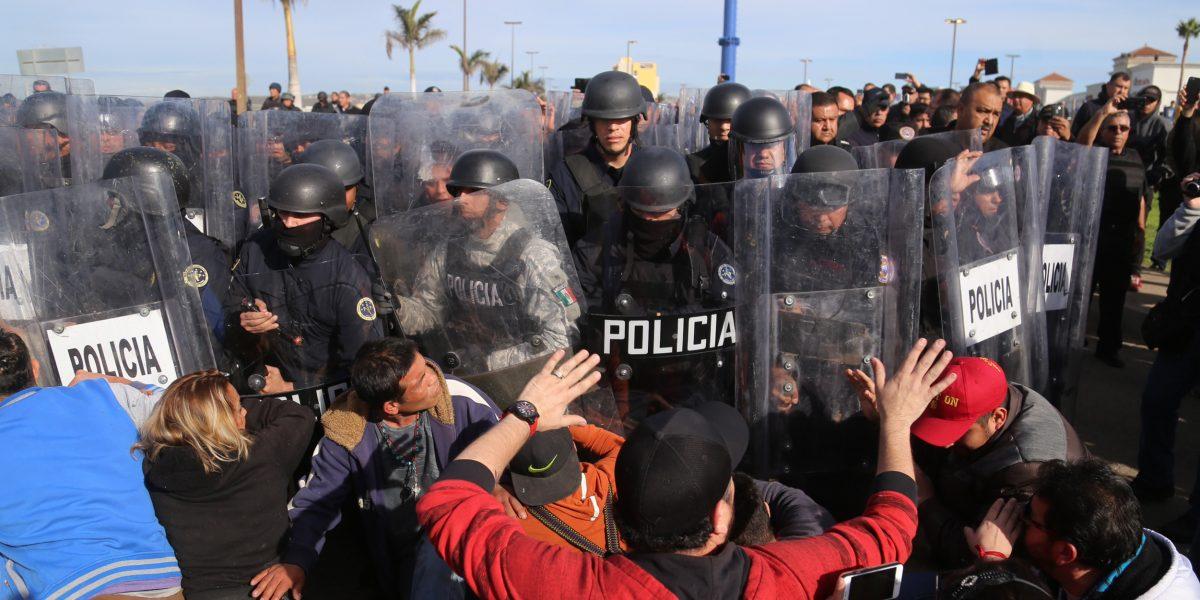 Desalojo en Rosarito dejó al menos 15 heridos y 70 detenidos