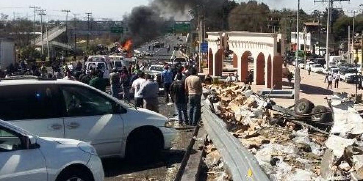 Volcadura en la México-Toluca deja un muerto y al menos 11 heridos
