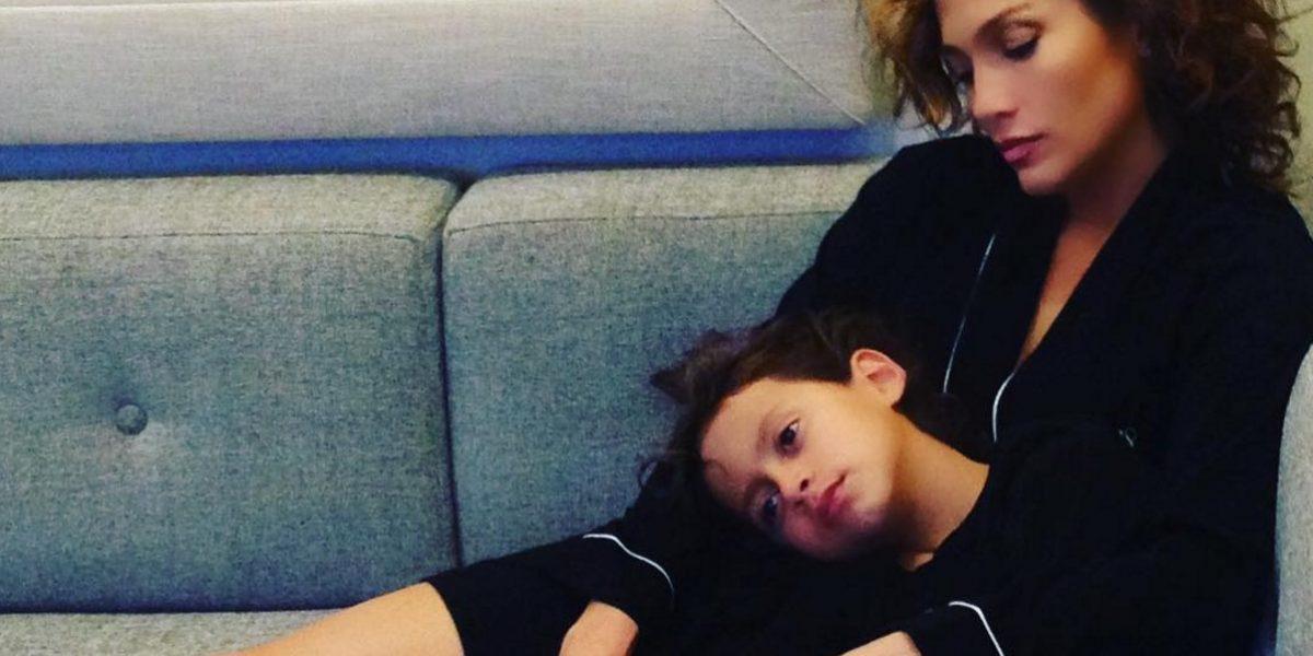 Jennifer López se arrepiente de publicar controversial foto junto a su hijo
