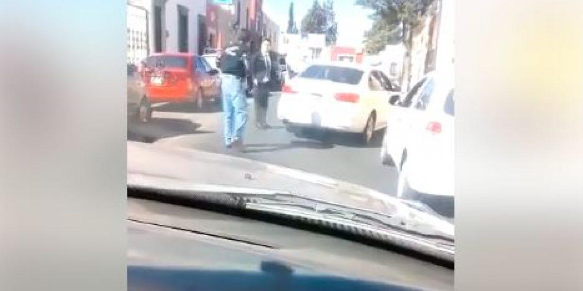 VIDEO: Tras riña, balean a taxista a plena luz de día en Durango