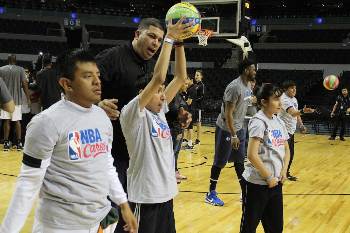 . Imagen Por: Jugadores de Suns y Mavericks impartieron una clínica a niños con capacidades diferentes como parte del programa NBA Cares. /Iván Salazar/Publimetro