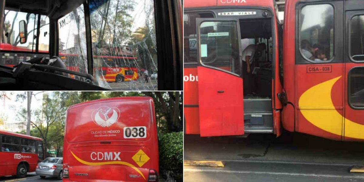 Chocan dos unidades de Metrobús en Línea 1