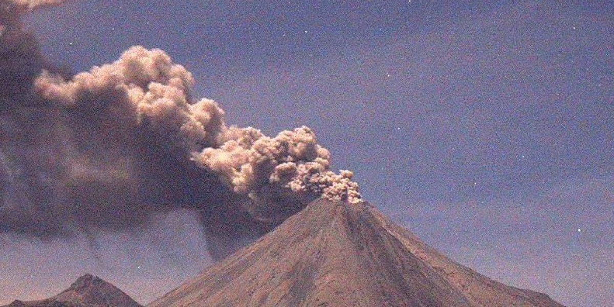Volcán de Colima emite fumarola de dos kilómetros