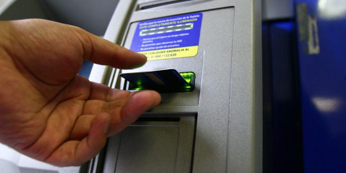 Resultado de imagen para Introduciendo tarjeta en cajero automático en santo domingo