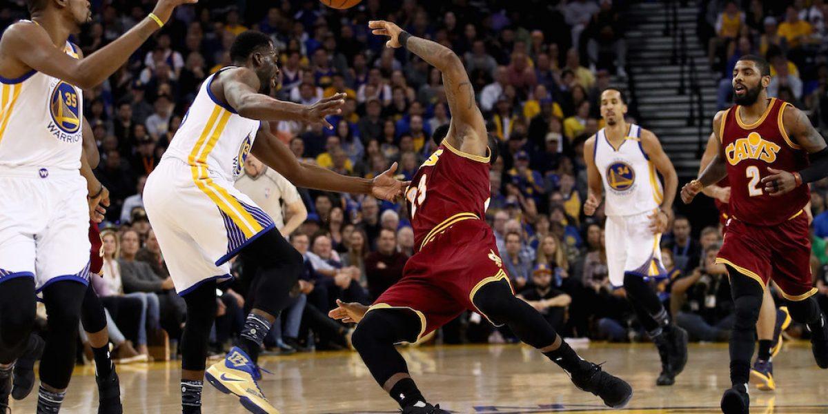 VIDEO: Golpean a LeBron James y después se burlan de él