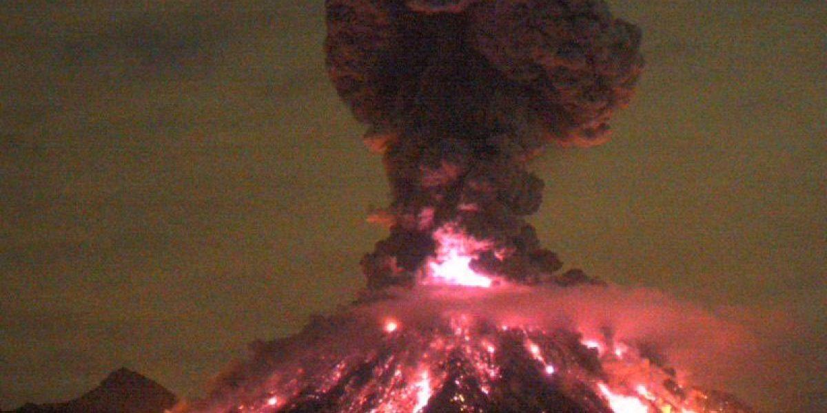 Volcán de Colima explota y arroja material incandescente