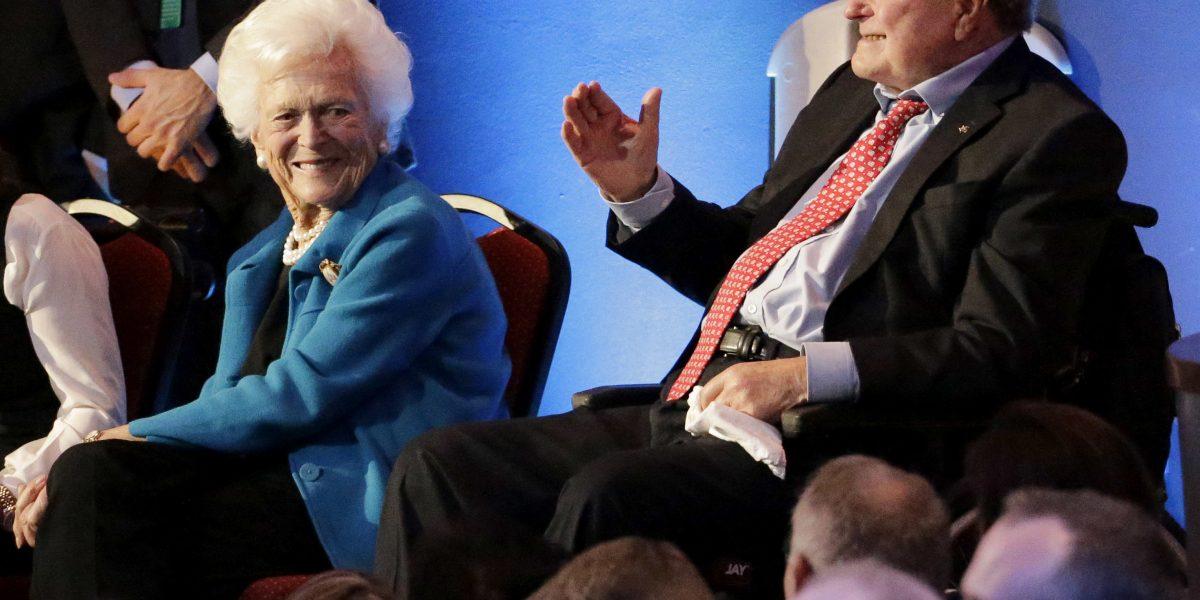 George H. W. Bush ingresa a terapia intensiva, hospitalizan a su esposa