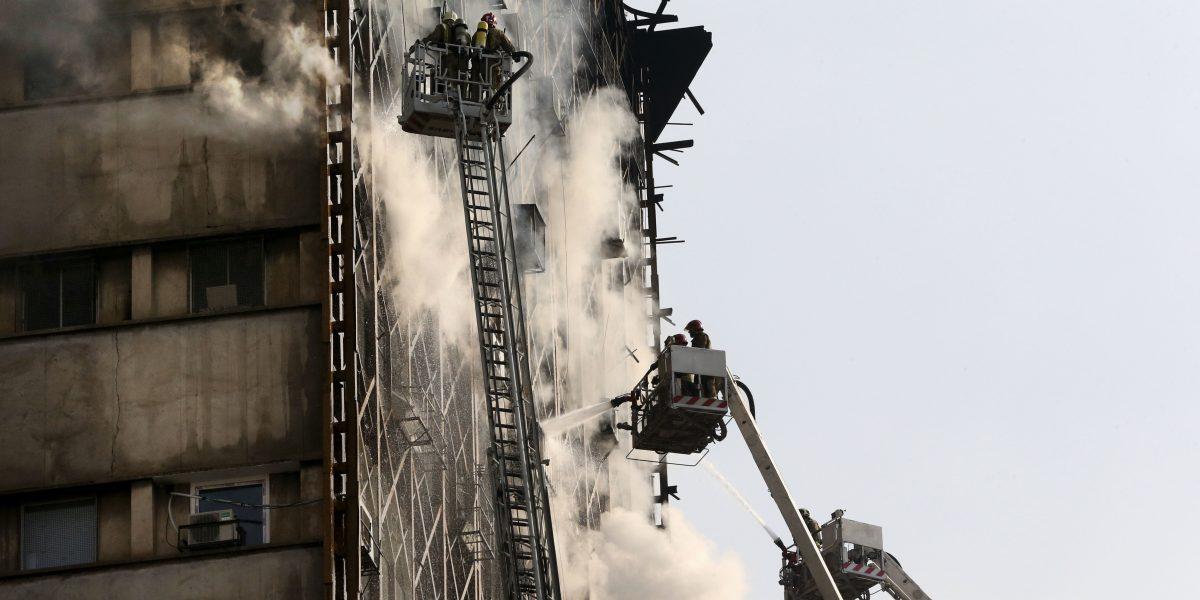 Colapsa el rascacielos más antiguo de Irán, al menos 30 bomberos muertos