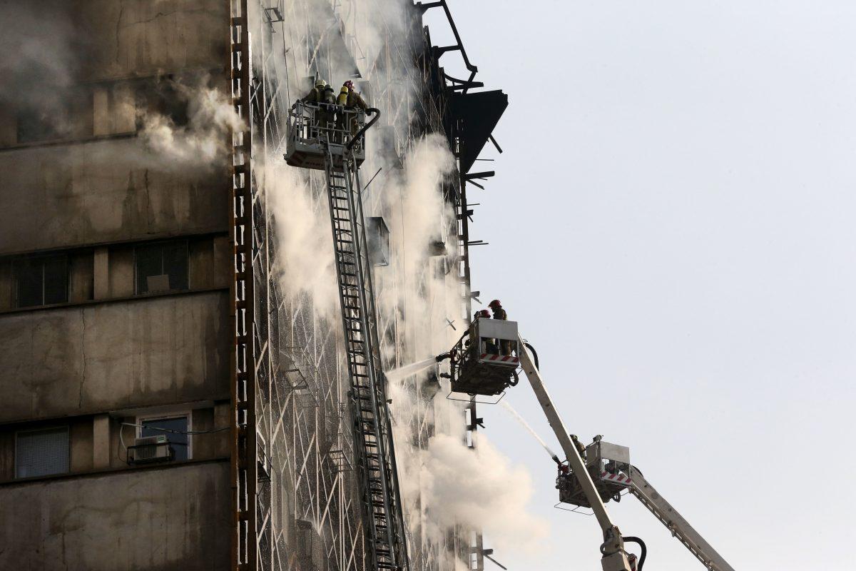 © Copyright 2017 The Associated Press. All rights reserved.. Imagen Por: Bomberos iraníes trabajan en el lugar donde se derrumbó el edificio Plasco, tras ser devorado por las llamas en un incendio en el centro de Teherán, Irán, el jueves 19 de enero de 2017.   Foto: AP