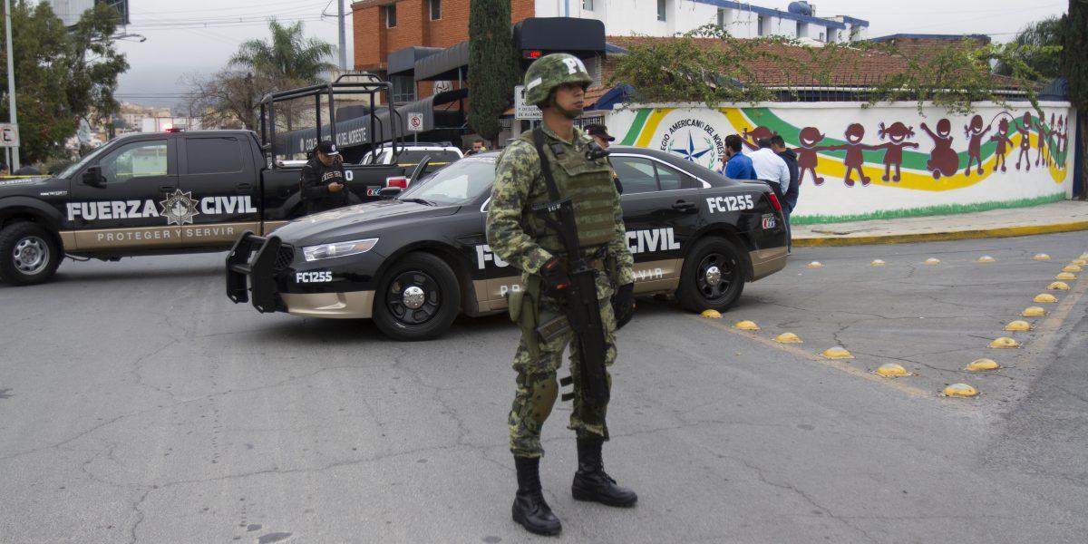 Decomisan armas y teléfonos en casa de agresor en escuela de Monterrey