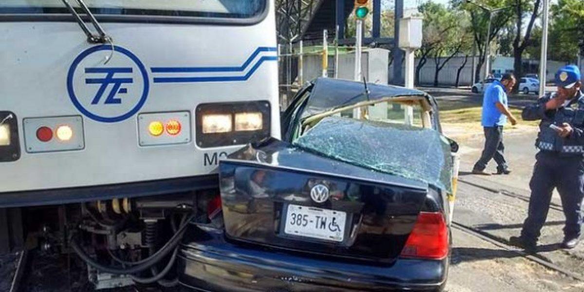 VIDEO: Tren Ligero impacta a automóvil en Calzada de Tlalpan