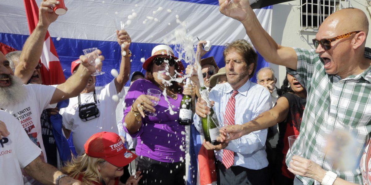 Decenas de cubanos exiliados celebran a Trump en Miami