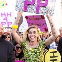 Miley Cyrus en la Marcha de las Mujeres. Imagen Por: Twitter