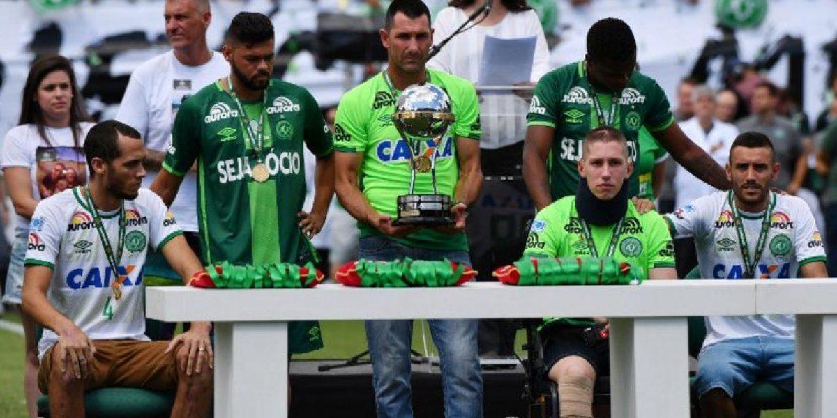 Chapecoense resurge después de la tragedia y levanta trofeo de campeón