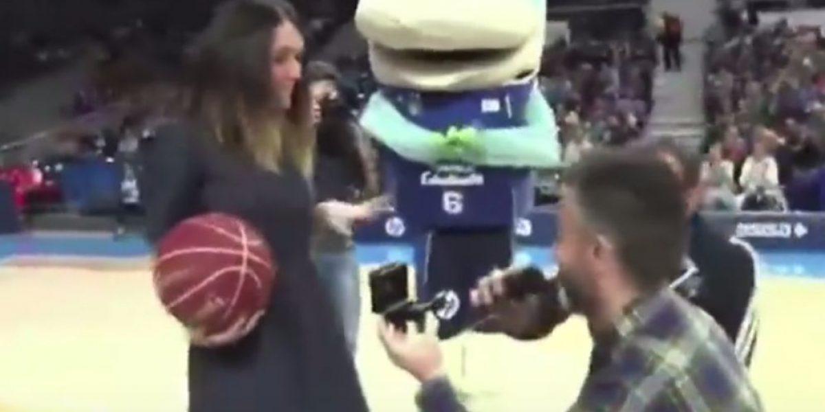 VIDEO: Aficionado de basquetbol le pide matrimonio a su novia y lo rechaza