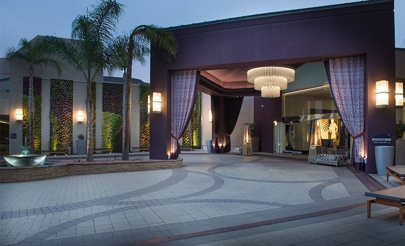 El hotel Avenue of the Arts está a pco más de cuatro kilómetros del aeropuerto John Wayne. |CORTESÍA