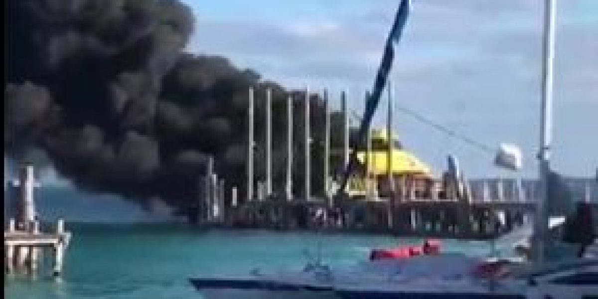 VIDEO: Se incendia ferry en zona hotelera de Cancún