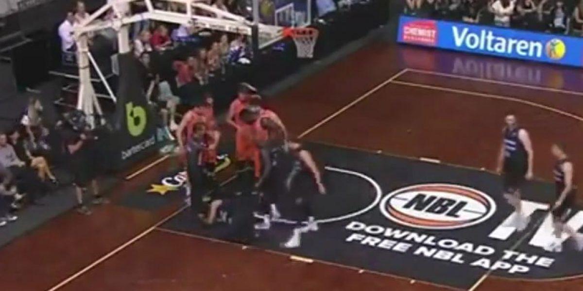 VIDEO: A jugador de basquetbol se le sale un ojo en pleno partido