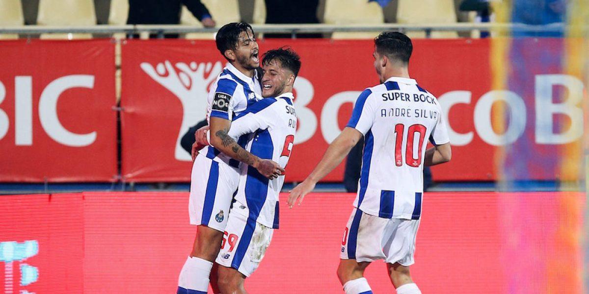Porto se pone a un punto del Benfica con gol del Tecatito Corona
