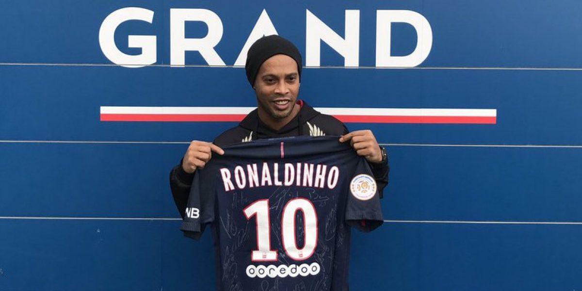 Ronaldinho es ovacionado en su visita a París