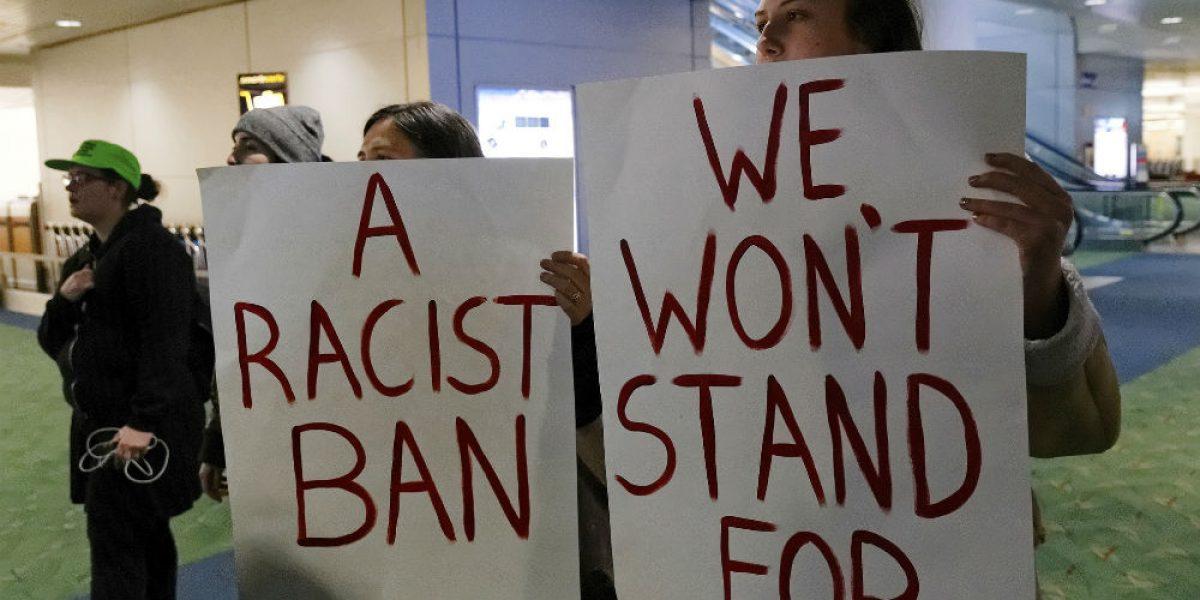 Refugiados no pueden ser deportados por veto de Trump, determina juez