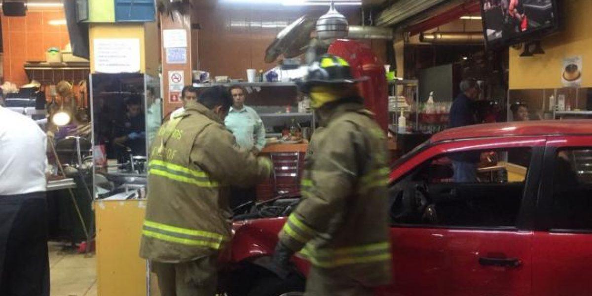 Auto se impacta contra restaurante de la Escandón; hay un bebé y un adulto mayor heridos