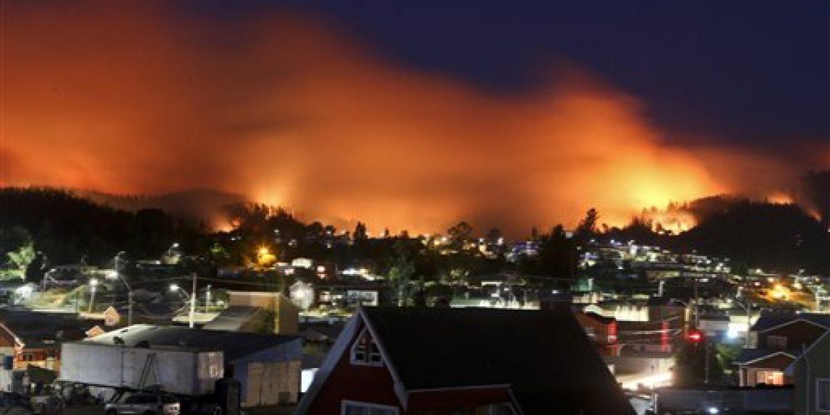 Bomberos continúan combatiendo incendios en Chile
